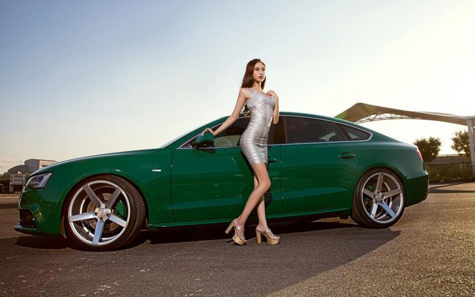 奥迪A5漂亮性感美女车模桌面壁纸高清图片