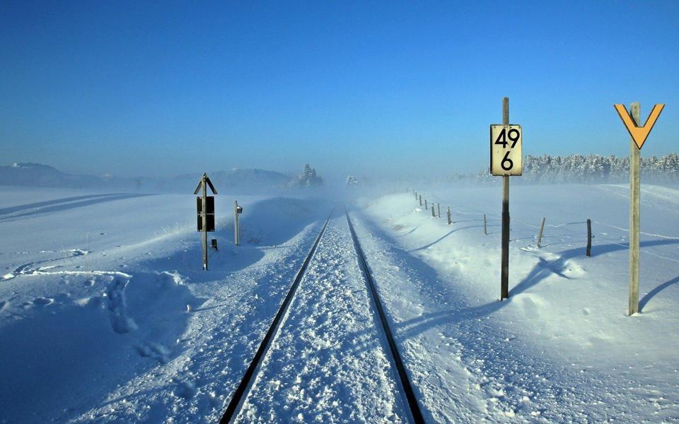 通向远方的铁路高清雪景壁纸