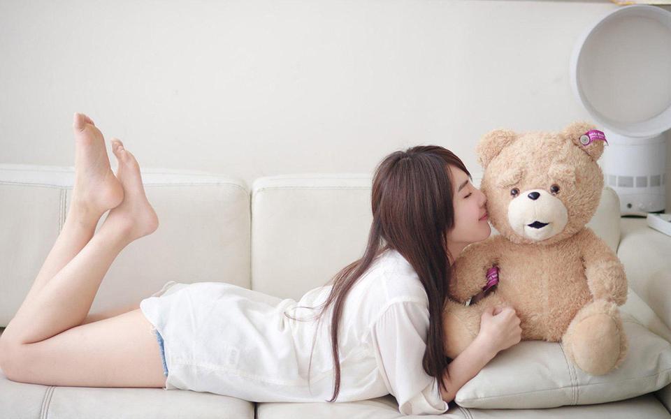 沙发小清新美女,小熊桌面壁纸