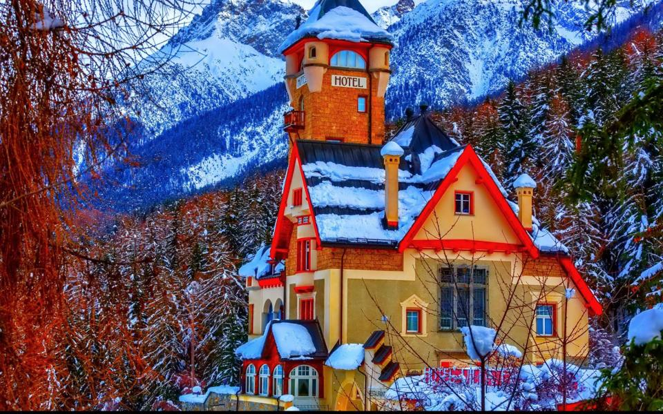 冬季山脚下漂亮的房子风景电脑壁纸