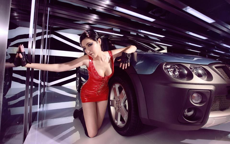MG车模红色短裙诱惑写真图片