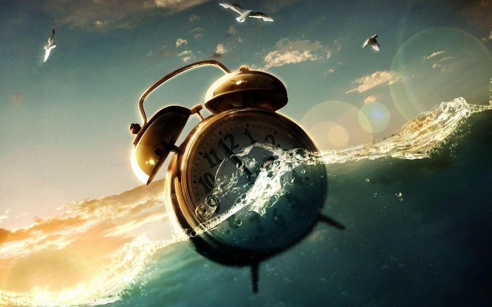 海面漂浮的闹钟创意桌面壁纸