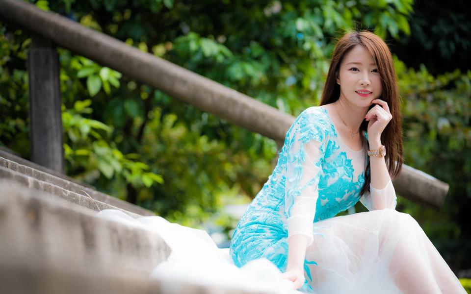 蓝色裙子小清新长发美女壁纸