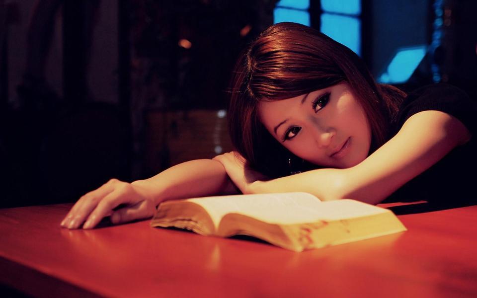 看书时发呆的清纯美女桌面壁纸