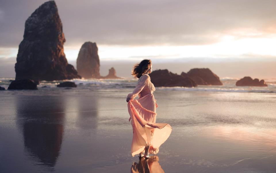 沙滩长裙欧美美女桌面壁纸