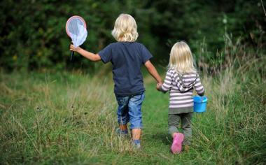 春天户外玩耍的孩子可爱儿童壁纸