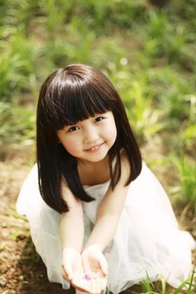 草地上玩耍的可爱小女孩超高清壁纸图片