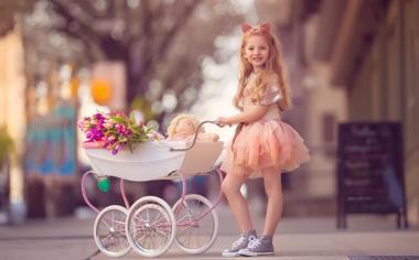 街头小女孩快乐童年桌面壁纸