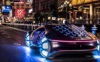 街上行使的未来悬浮汽车桌面壁纸
