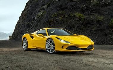 海边悬崖下的黄色法拉利跑车