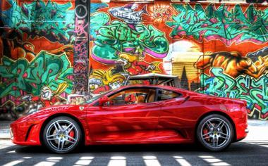 涂鸦墙前的红色法拉利超级跑车