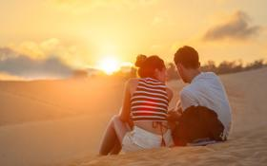 看日出的浪漫情侣图片电脑壁纸